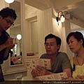 健康美麗的準媽媽Lisa和她體貼同行的好老公一起點餐中...