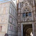 聖馬可大教堂雕刻細膩繁複、令人眼花與讚嘆連連的建築外部! 實在是鬼斧神工啊! (2).JPG