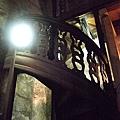 參觀超級大酒桶,可以踏上裡面順著酒桶、以原木搭造的小投梯爬上爬下細看它~ (5).JPG