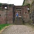 終於爬到古堡區~我跟KEN在互照~哈哈!.JPG