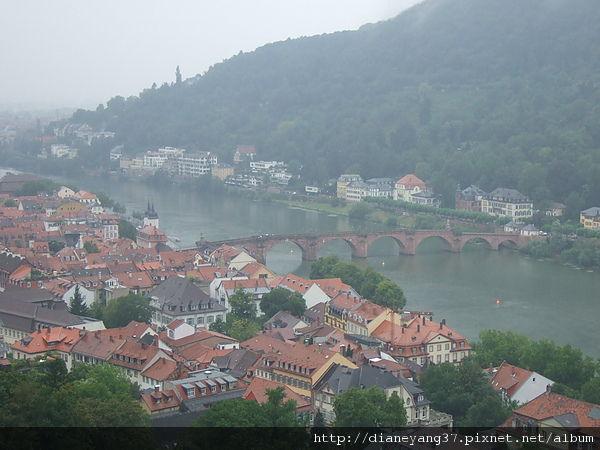 遠方那座橫跨內卡河的老橋,是海德堡明信片常見的主角~.JPG