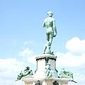 到達佛羅倫斯… 下車後的第一眼,獻給在陽光下烤的一身光亮、光溜溜的男體雕像…