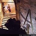 參觀超級大酒桶,可以踏上裡面順著酒桶、以原木搭造的小投梯爬上爬下細看它~ (2).JPG