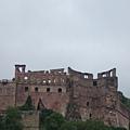 古堡暫時被炸毀的部份~~原本該呈現圓筒型的,如今只剩一半的頹頃。.JPG