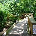 遊覽車開抵棲蘭森林遊樂區入口後,就得停在停車場、換搭小巴繼續向神木區挺進… 上路前,先踏上獼猴步道去上廁所先!