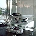 很高貴的BMW各色車款的迷你模型~~ (2).JPG
