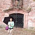 下坡途中發現老城堡建築處處是精雕細琢~~.JPG