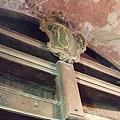參觀超級大酒桶,可以踏上裡面順著酒桶、以原木搭造的小投梯爬上爬下細看它~ (3).JPG