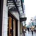創業高達百餘年(看招牌上的數字便知),走貴族精緻路線的高檔童裝店,門面非常英國風,在這裡幫好友維多利亞將出世的寶寶買出生禮。 (1).JPG