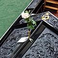 每一艘GONDOLE小船都有各自精彩的彫刻繪飾等裝點,充滿古典而浪漫的情懷。.JPG