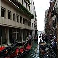 Gondole多年來就一直穿梭在威尼斯櫛比鱗次的水道間~.JPG