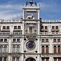 大廣場旁的建築,很特殊的老時鐘,仔細看還發現繪有還有十二星座的星象符號。.JPG