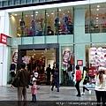 剛好遇到日本連鎖平價服裝店UNIQLO位在銀座的門市也在週年慶,鬧烘烘地以折扣招徠顧客進門衝業績….JPG