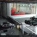 很高貴的BMW各色車款的迷你模型~~.JPG