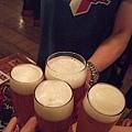 來慕尼黑,當然要灌慕尼黑啤酒啊!! 朋友來乾一杯乾一杯!!.JPG