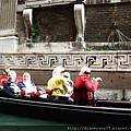 搭貢多拉最好玩的事,就是在水道上和各國遊客擦身與招呼,這一船的STYLE一路狂受好評與注目!!.JPG