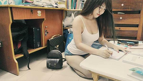 越南正妹和榴槤拍照  但往下一看....「白嫩榴槤在胸口」超辣微肉感正妹:讓人想朝聖|天下運動網|天下現金網