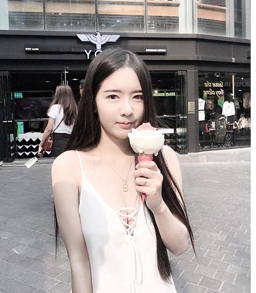 泰國正妹嫩腿微開剝椰子...胸前傳來「椰奶香~」透過螢幕都聞的到:該朝聖泰國了吧?|天下現金網|天下運動網