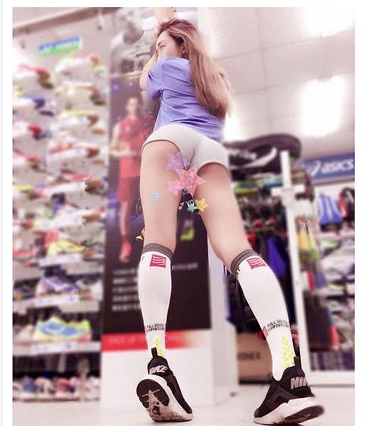 運動用品店員穿這樣是合法的嗎?屁股蛋超圓「好想從後面...」知道真相後大家卻崩潰了!