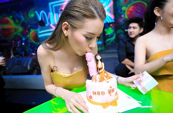 「泰國D奶妹」生日玩很大!不可描述的「造型蛋糕」邊吃邊練口技,畫面太邪惡...|天下現金網|天下運動網