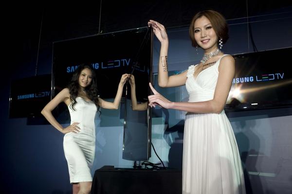 Samsung LED TV 運用三星專屬 Samsung Ultra Slim LED技術將機身厚度做到全球量產機最薄2.99公分, 如同手指般纖細.JPG