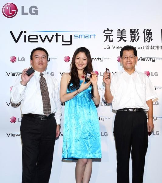 (左)LG台灣區行動通訊部門副總經理陳川原(中)凱渥名模何宛庭(右)LG墊子董事長白明源.jpg