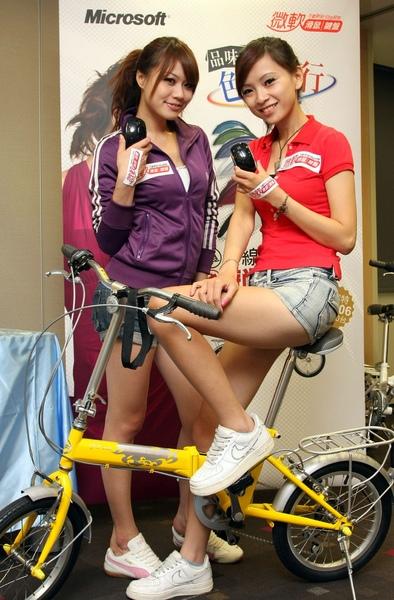 台灣微軟推出「品味生活,色彩隨行」樂活促銷活動,消費者只要購買微軟周邊任何無線系列產品就可參加抽獎將捷安特折疊腳踏車免費帶回家.JPG