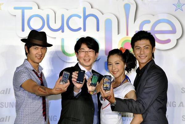 三星宣告Samsung Touch up your life觸控手機布局(左二)台灣三星電子行動通訊部門協理柳在炫.jpg