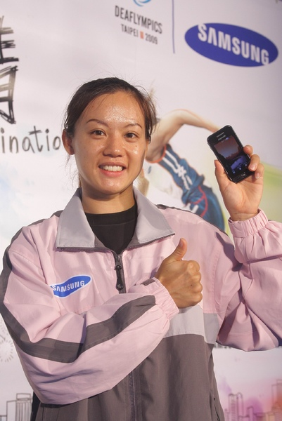 本屆聽奧田徑跨欄選手陳蘭鳳對 Samsung Star S5230 手機激賞不已, 其直覺式觸控介面與手寫功能, 在與教練溝通時扮演重要角色.jpg
