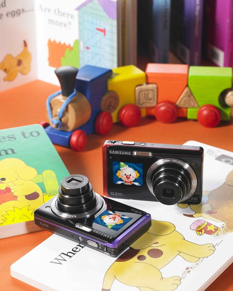 Samsung ST550在相機前後配備了雙重LCD液晶顯示螢幕,讓自拍更容易,不用再瞎拍。(web).jpg