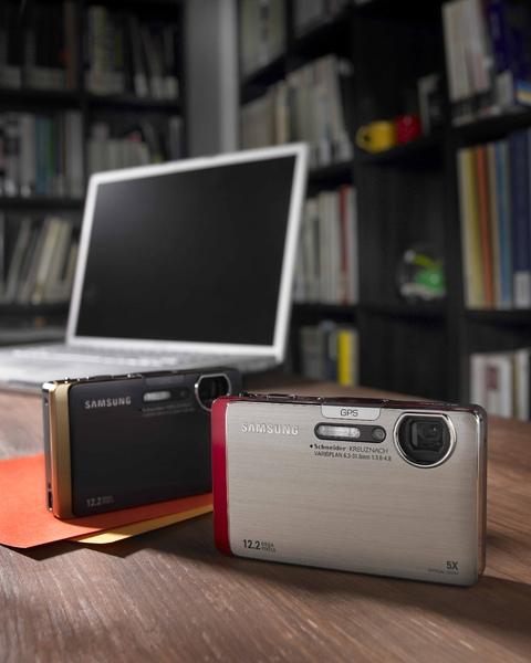 Samsung ST1000的首創多種無線傳輸功能,能讓使用者隨時隨地與親友分享好照片。.jpg