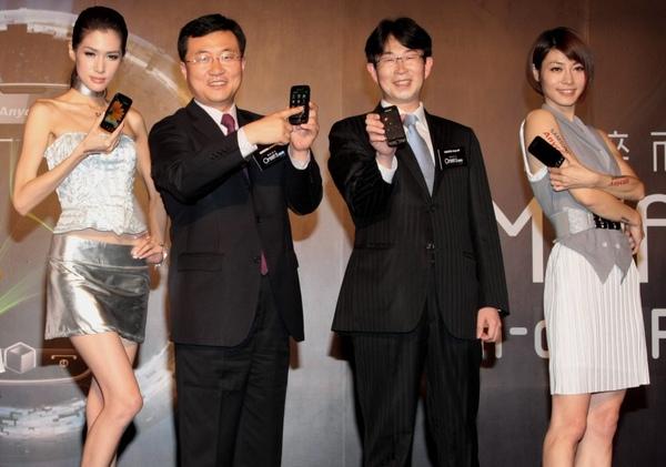 台灣三星電子總經理金衡睦(左二)、行動通訊事業部協理柳在炫(左三) 共同推出Samsung OMNIA II i8000,定義全新智慧型手機!.jpg