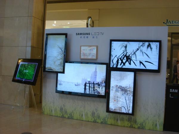 多台不同尺寸Samsung LED TV不斷流轉精美的藝術創作,突破以往靜態畫廊表現,令現場民眾為之驚艷.JPG