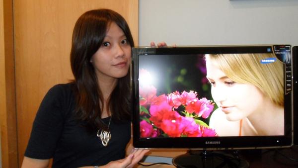 Samsung LED Monitor XL2370更搭配19201080 Full HD解析度與169寬螢幕視野比例,讓影像色彩畫質更生動逼真、極富快感.JPG