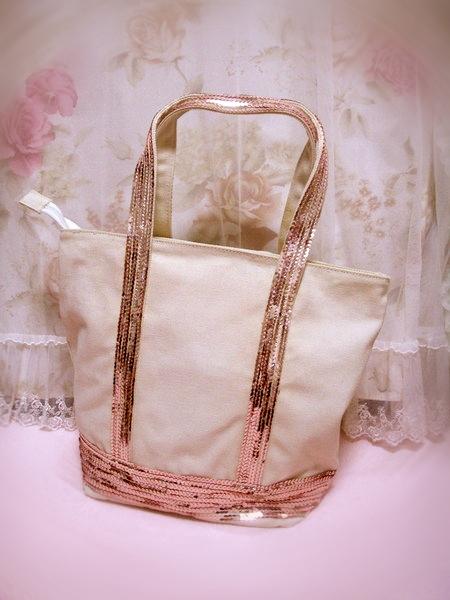 包包看起來沒那麼新而且是米白色的