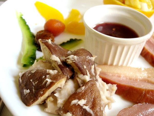 香菇芋泥拌蒜,山苦瓜,罐頭水蜜桃、醃漬梅、醃漬橄欖