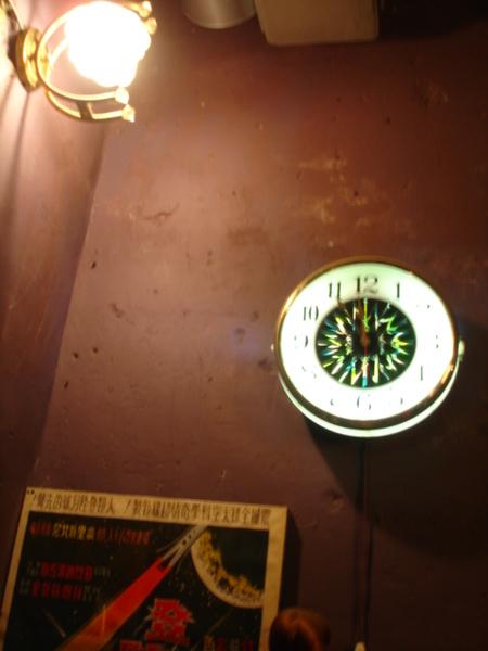 很美式酒吧的鐘耶