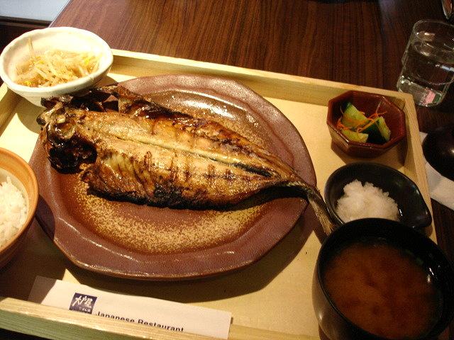 我點的炭烤風乾竹筴魚定食270元