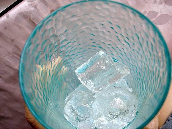 水果酒味道需要點冰塊來調劑