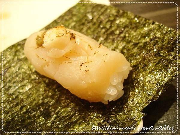 800元的北海道生干貝握壽司+辣味海苔+柚子胡椒醬,噴上WHISKY酒之後