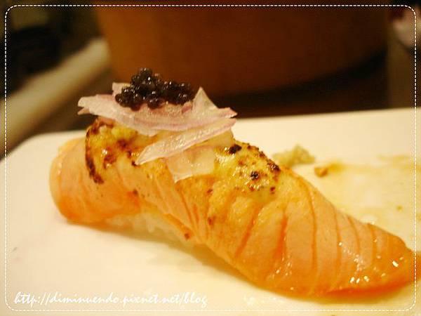 鮭魚肚佐法式芥末醬再加上魚子醬