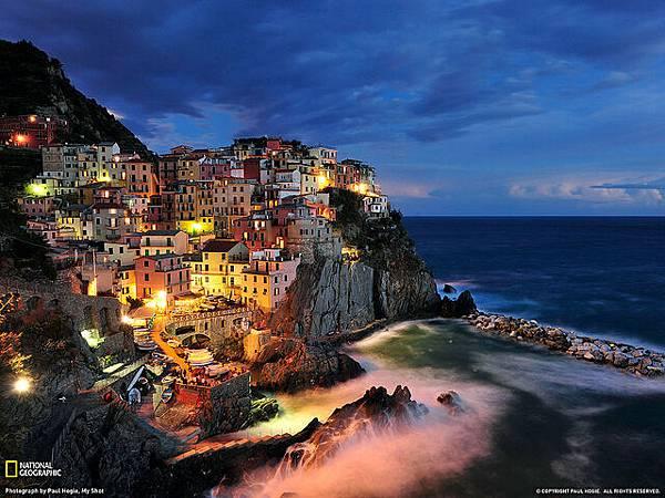 馬納羅拉:懸崖上的意大利彩色小鎮.jpg