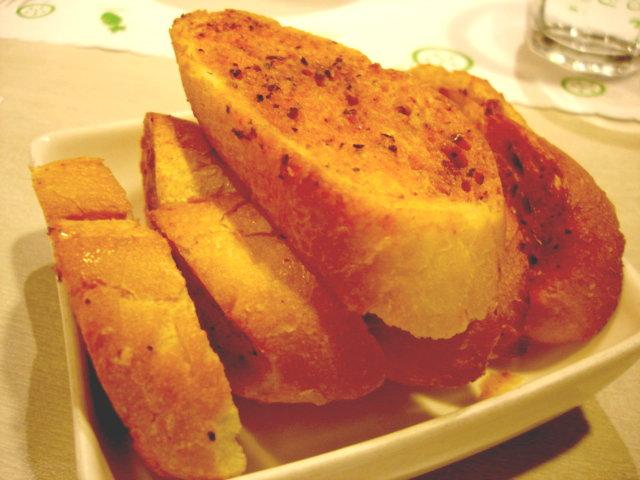 這是三個沒有點火鍋的人的麵包