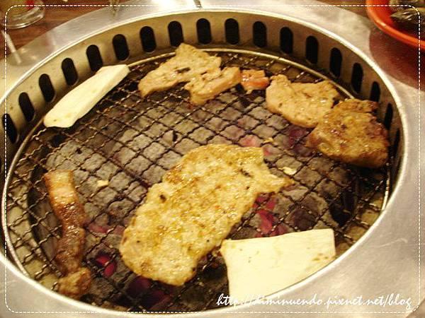最大片的應該是韓式辣味豬肉片,還不錯吃,有辣度喔,豬肉片比較厚實