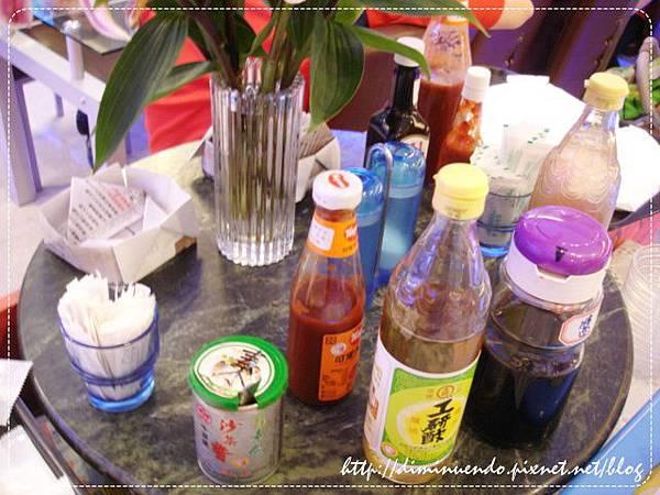 沾醬區:沙茶醬、工研醋、蕃茄醬、醬油、豆瓣醬