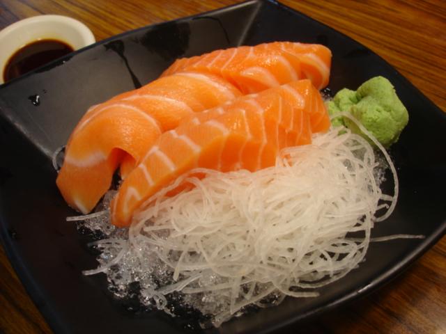 鮭魚生魚片135元