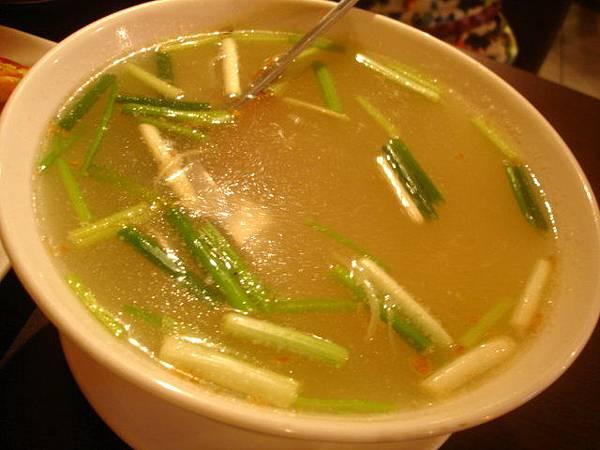 Stacy點的清燉海鮮湯220元,喝起來超級像冬瓜湯的,一開始沒好感可是越喝越不錯