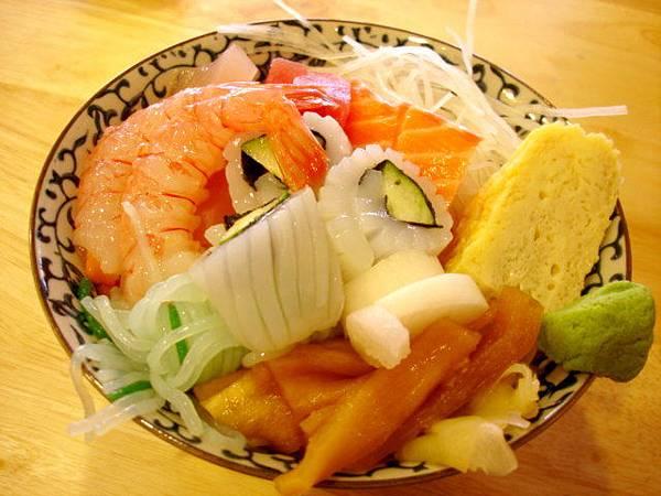 我的綜合生魚片丼,我叫兩百的,請老闆別加鮭魚卵以及生蠔
