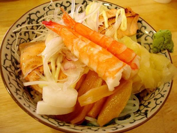 這間店唯一的熟食飯,m的什錦海鮮丼,100圓
