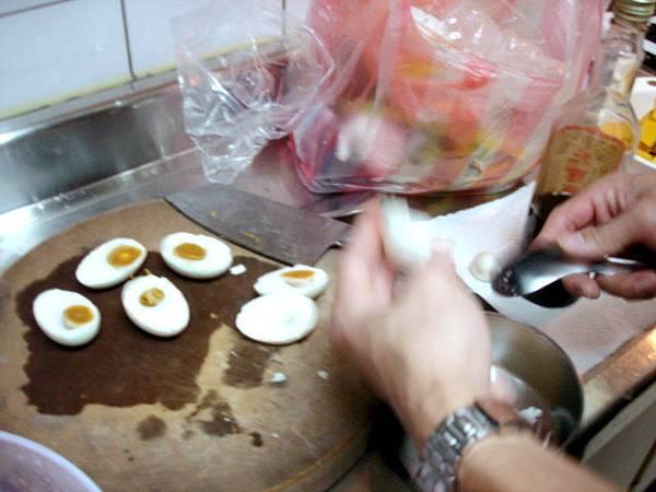 在處理鹹鴨蛋
